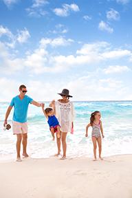 Family on the beach, Vend Raleigh